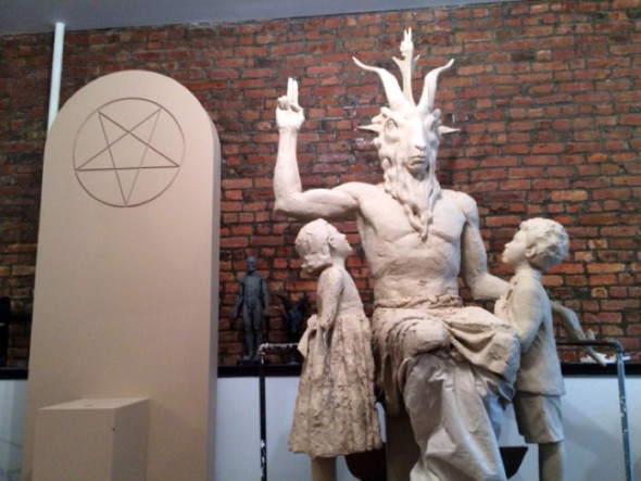 SAY WHAT? Satanic Monuments, Floyd Mayweather is Messy + More Khloe